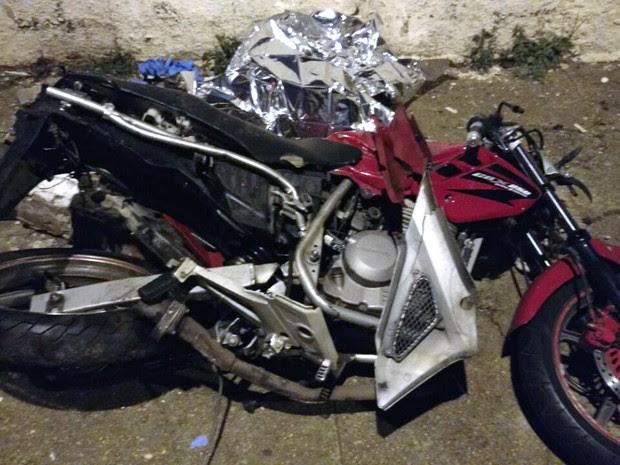 Vítimas estavam em uma motocicleta, que foi arrastada pelo carro por cerca de 22 metros (Foto: Dimas Gonçalves Xavier Junior/Cedida)