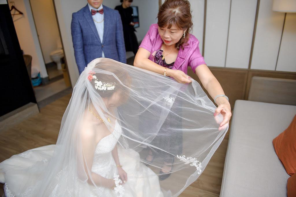 098女方主婚人將新娘頭紗蓋下