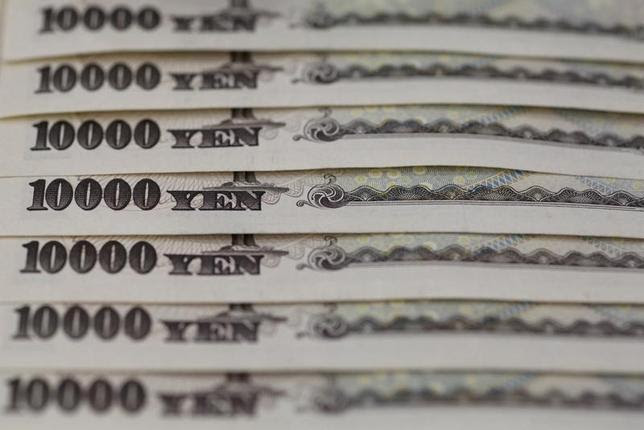 Japanese 10,000 yen notes lined up in this February 28, 2013 picture illustration.  REUTERS/Shohei Miyano/File Photo