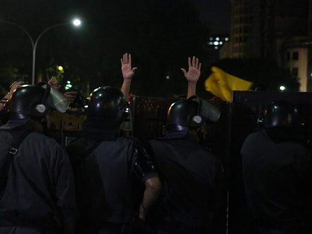 Cordão da polícia impede que os manifestantes ultrapassem a estação República do Metrô (Foto: Marcelo Brandt/G1)