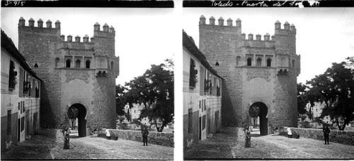Fotografía estereoscópica de Toledo. Puerta del Sol por Demetrio Ribes. Mayo de 1915