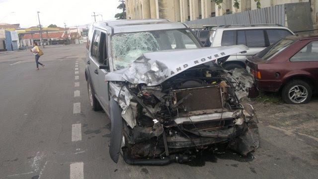 Land Rover teve a frente totalmente destruída após o acidente que matou as duas pessoas que estavam na moto