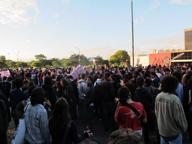Centenas de alunos participam da manifestação nesta segunda-feira (Foto: Raphael Prado/G1)