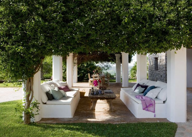 White columns covered in lush vines ~simply divine