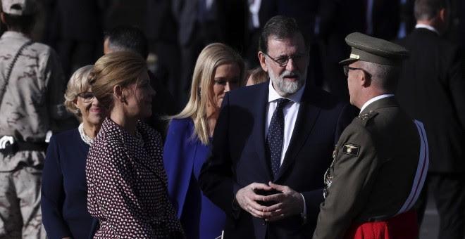 El presidente del Gobierno, Mariano Rajoy, conversa con la ministra de Defensa, María Dolores de Cospedal, y el Jefe del Estado Mayor de la Defensa (Jemad), el general Fernando Alejandre Martínez, momentos antes del comienzo del desfile del Día de la Fies