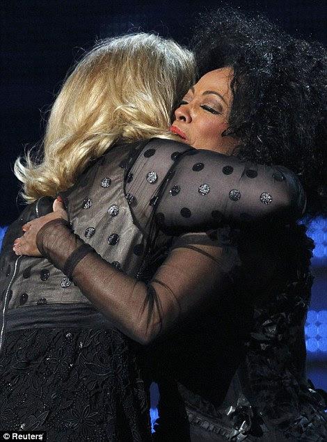 Parabéns: Adele recebeu um grande abraço de pop diva Diana Ross, que a presenteou com o prêmio estimado no final do show de estrelas