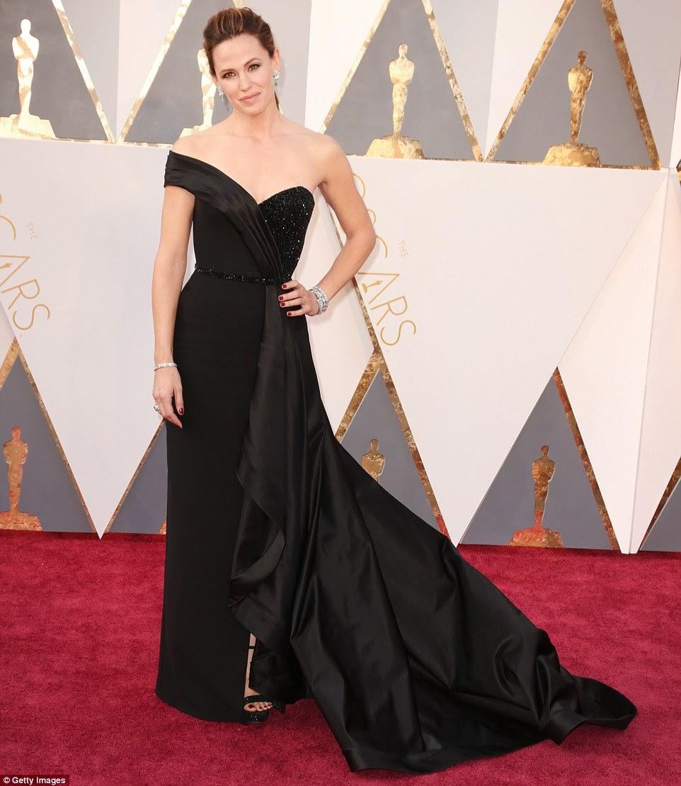 Simplesmente lindo: Jennifer Garner parecia incrível como ela exibiu sua figura esbelta em um vestido preto