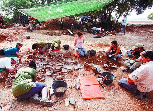 Uno de los grupos de voluntarios trabaja en una de las cuatro fosas localizadas. Ángel Atyala