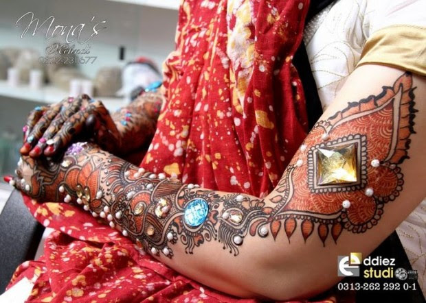 Beautiful-Indian-Bridal-Wedding-New-Mehndi-Designs-Photos-Embroidery-Dulhan-Feet-Mehndi-