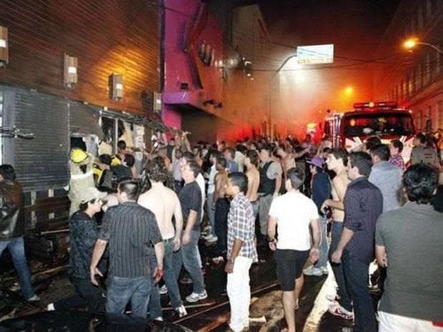 Muitas pessoas se concentraram em frente à boate após o incêndio (Foto: Henrique Abreu/Arquivo pessoal)