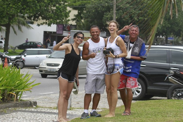 Grazi e Ana Lima com paparazzi (Foto: Dilson Silva/ Ag. News)