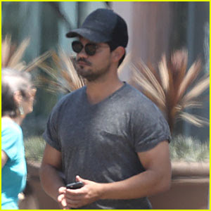 Taylor Lautner Shows Off Buff Body in Tight Shirt
