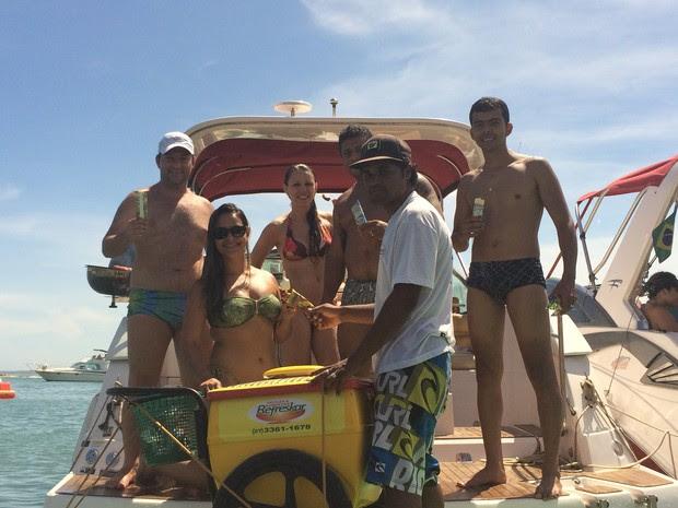 Tetéu vende picolés para pessoas que estão nas lanchas (Foto: Naiara Arpini/ G1 ES)