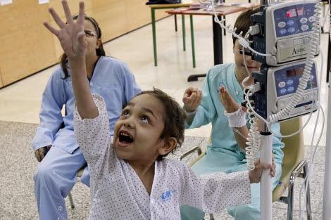 Jasin, un niño trasplantado, juega en el Hospital de La Paz. | EFE