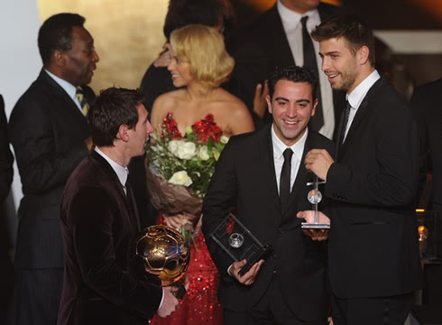 Lionel Messi, Xavi and Piqué talking and smiling, while Pelé says something to Shakira behind them