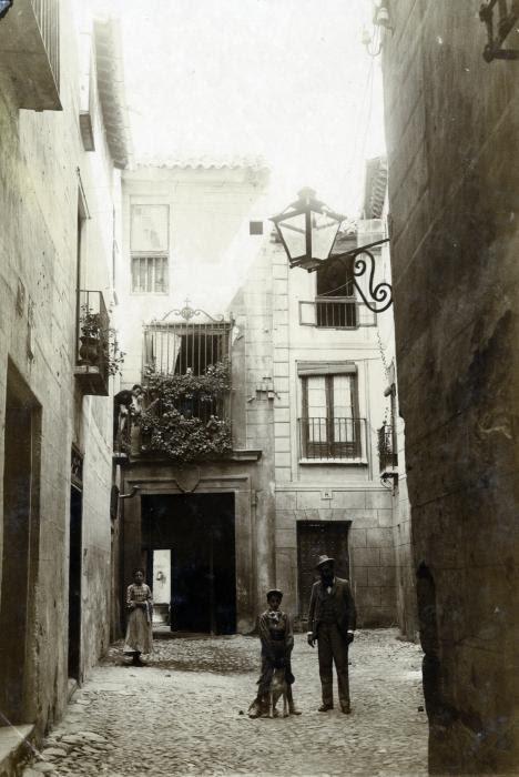 Callejón de Gigantones en junio de 1905. Fotógrafo anónimo. Colección Luis Alba. Ayuntamiento de Toledo