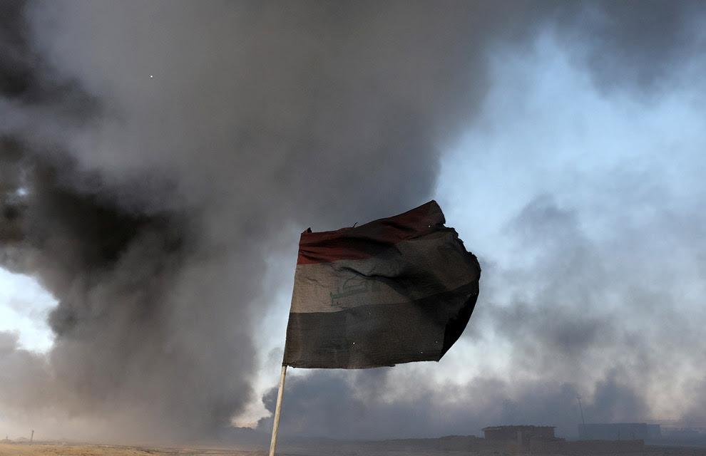 Почерневший от нефти иракский флаг