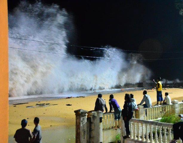 qvOOi Kejadian Ombak Besar Di Dungun, Terengganu Disember 2011