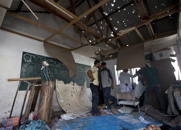 Palestinos inspecionam estragos causados por ataque contra escola da ONU em Gaza; 20 pessoas morreram (Foto: Mahmud Hams/AFP)