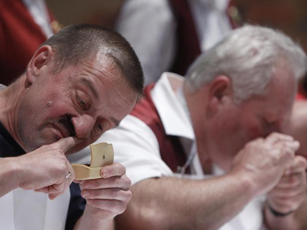 Pessoas enfiam tabaco nas narinas durante o campeonato alemão que dá prêmio para quem cheirar mais tabaco em Kucha, perto de Nuremberg  (Foto: Reuters)