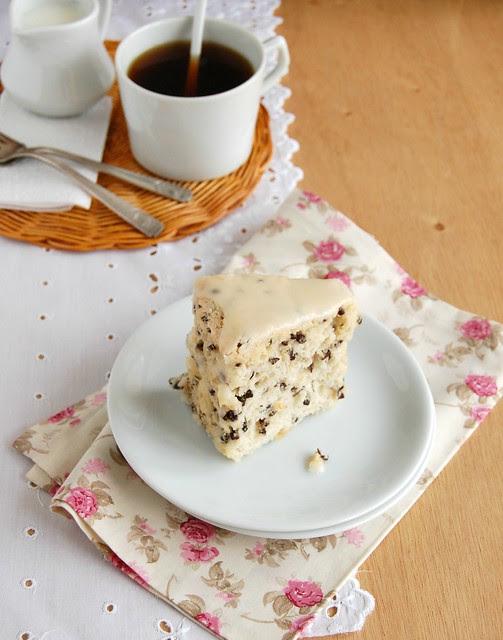 Angel food cake with cacao nibs and orange freckles / Bolo de claras com sementes de cacau e laranja