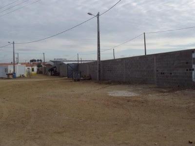 Muro que rodeia bairro onde vive comunidade cigana. Foto de Bruno Gonçalves, do Centro de Estudos Ciganos e do SOS Racismo.