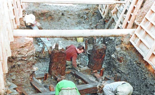Arqueólogos en la excavación de puerto romano./ARKEOLAN