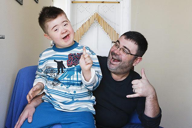 O editor de arte Flavio Soares e seu filho Logan, 8