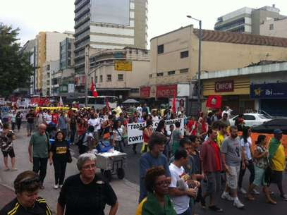Manifestantes que estão na Tijuca chutaram carro da Rede Globo Foto: Monica Garcia / Artevista Comunicação, Assessoria e Empreendimentos Culturais Ltda - Especial para o Terra