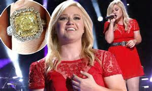 Kelly Clarkson sings her heart out at CMA Festival  as
