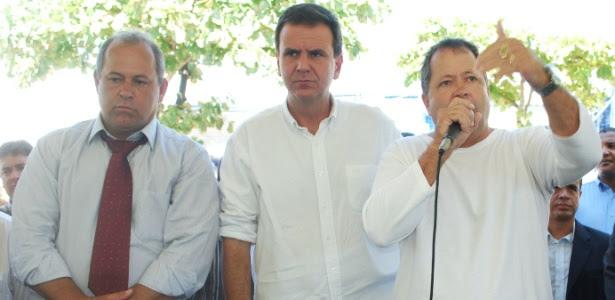 Chiquinho Brazão (à direita) e o irmão, o deputado estadual Domingos Brazão (à esquerda), participam de um evento na zona oeste do Rio ao lado do prefeito Eduardo Paes (centro). Os três são do PMDB