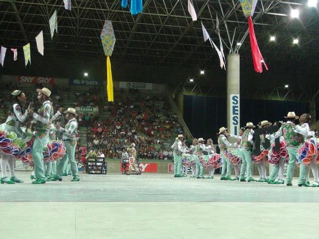 Milhares de pessoas foram assistir às quadrilhas juninas durante festival em Maceió (Foto: Lucas Leite/G1)