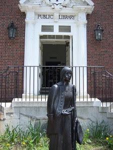 Deborah_Sampson_Statue_Sharon_public_library