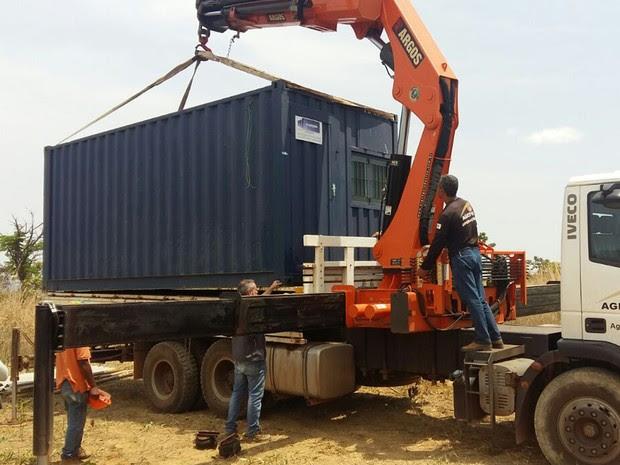 Contêiner instalado em área pública do Lago Norte é rebocado (Foto: Agefis/Divulgação)