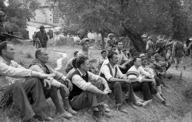 File:Bundesarchiv Bild 101I-166-0525-27,  Kreta, Kondomari,  Erschießung von Zivilisten.jpg