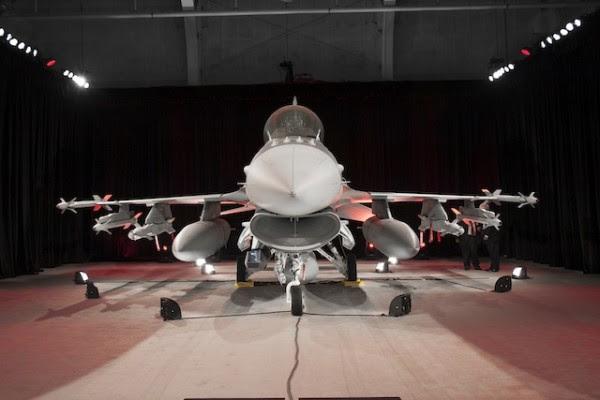 El embajador iraquí Lukman Faily recibió formalmente F-16IQ, modelo de dos plazas, durante una ceremonia en la planta de Lockheed en Fort Worth, Texas, convirtiéndose en la nación 28 para operar el proyecto durante 40 años de la F-16.