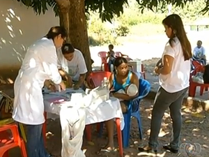Enfermeiros atendem debaixo de unidade porque povoado não tem unidade de saúde, em Araguaína (Foto: Reprodução/TV Anhanguera)