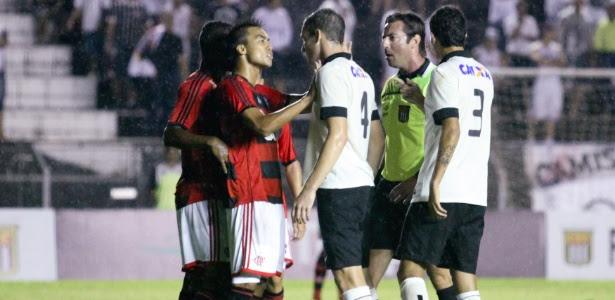 Jogadores de Flamengo e Corinthians discutem durante partida válida pelas oitavas de final da Copa SP