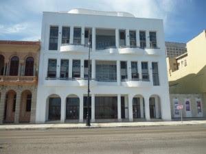 Nuevo edificio construido por Habaguanex en el Malecon - Foto de Augusto Cesar San Martin