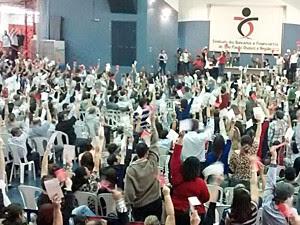 Bancários durante assembleia em São Paulo nesta quinta-feira (25) (Foto: G1)