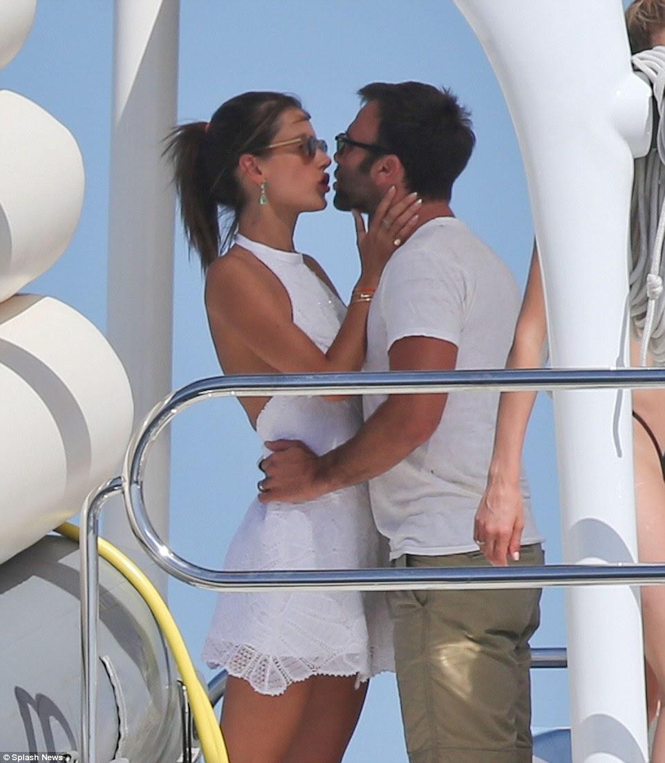 Enquanto isso Alessandra parecia mais interessado em sua empresário beau Jamie Mazur, que se juntou a ela a bordo;  O casal, que estavam desfrutando de uma pausa de seus dois filhos pequenos, trocaram um beijo apaixonado sob o sol do meio-dia, antes de tirar algumas fotos - sem dúvida definir a vangloriar-se slogan da marca registrada de Alessandra 'AlwaysOnVacation'