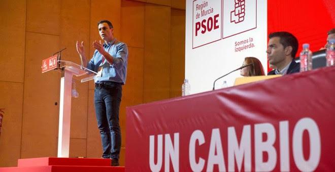 El secretario general del PSOE, Pedro Sánchez, durante su intervención en el décimo quinto Congreso del PSRM-PSOE, hoy en la Universidad Politécnica de Cartagena. EFE/Marcial Guillén