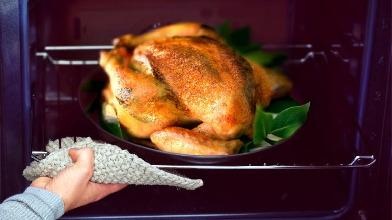 El pollo es uno de los alimentos que no se recomienda recalentar