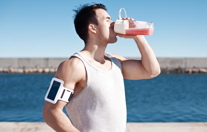 Atleta tomando suplemento euatleta (Foto: Getty Images)