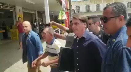 Bolsonaro vai às ruas em Brasília, visita comércios, dá entrevista e conversa com trabalhadores informais