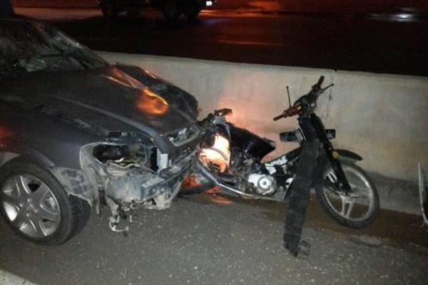 Moto que era pilotada por Adson foi atingida na traseira; jovem morreu no local e motorista do carro fugiu