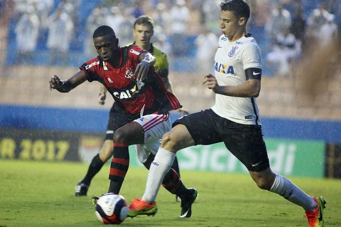 Vinicius Junior encara a marcação corintiana no último jogo do Fla na Copinha (Foto: Staff Images/Flamengo)
