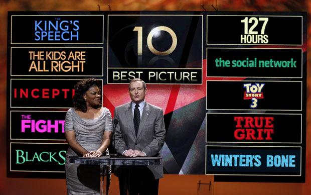 A atriz Mo'Nique e o presidente da Academia Tom Sherak anunciam os dez indicados na categoria melhor filme
