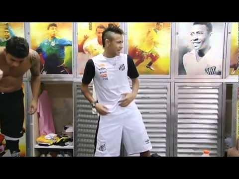 Neymar  balla Ai Se Eu Ti Pego negli spogliatoi del santos