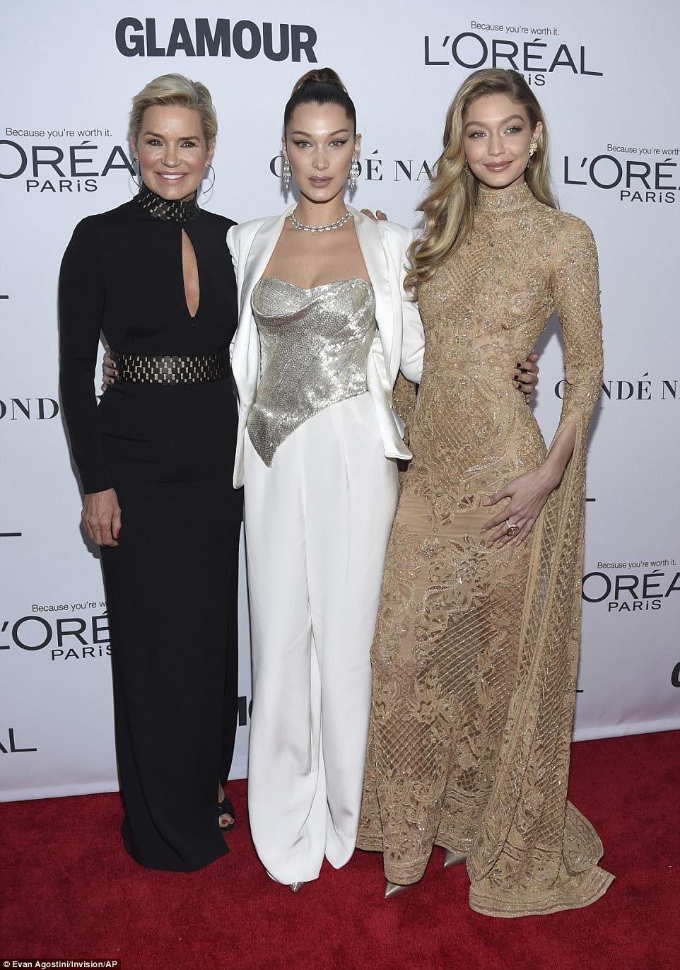 A família importa: uma vez dentro, as meninas foram juntas no tapete vermelho por sua mãe, Yolanda Hadid, que era a imagem de estilo em longo vestido preto que mostrava alguma pele